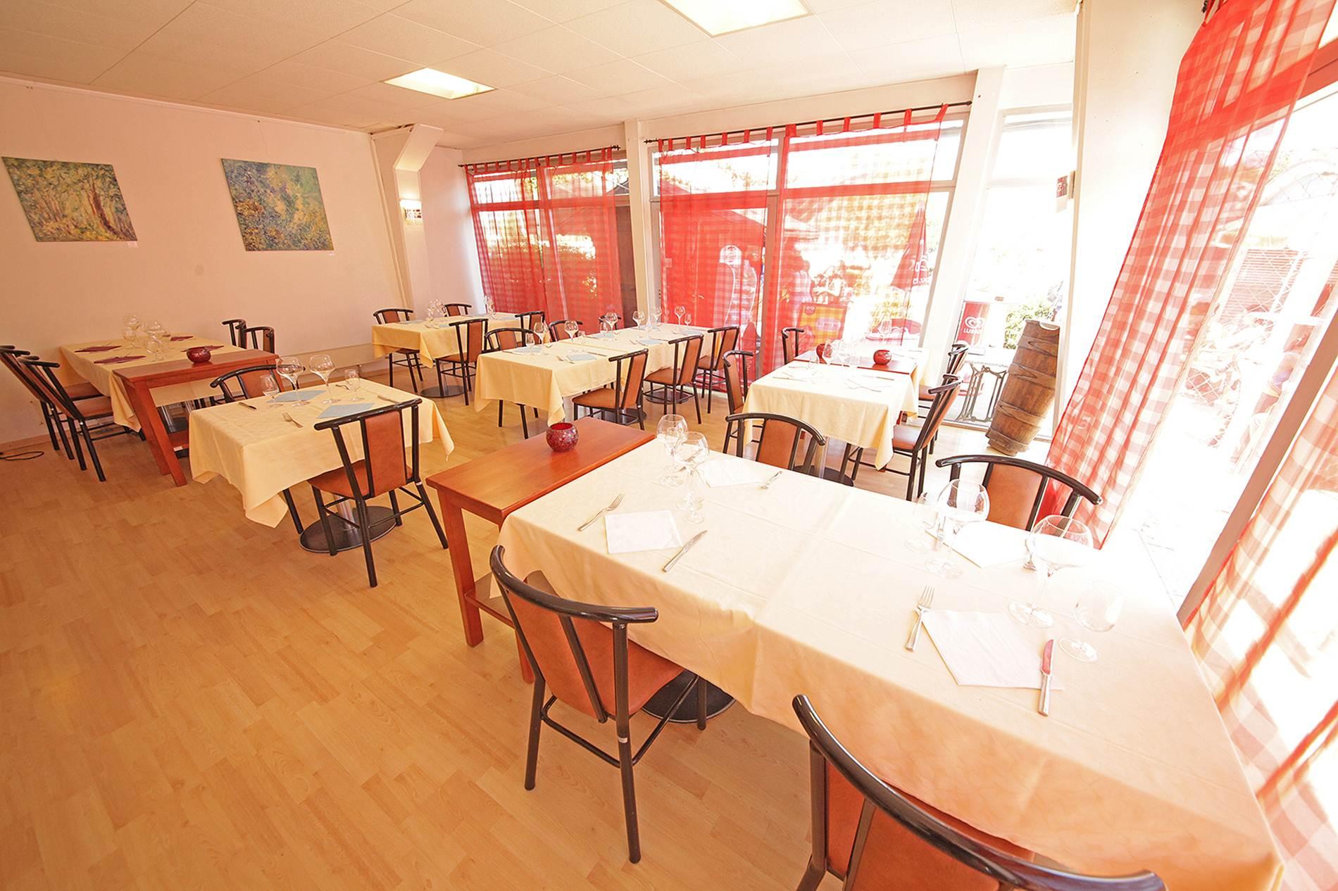 Terrasse-Piscine-Restaurant-Yverdon